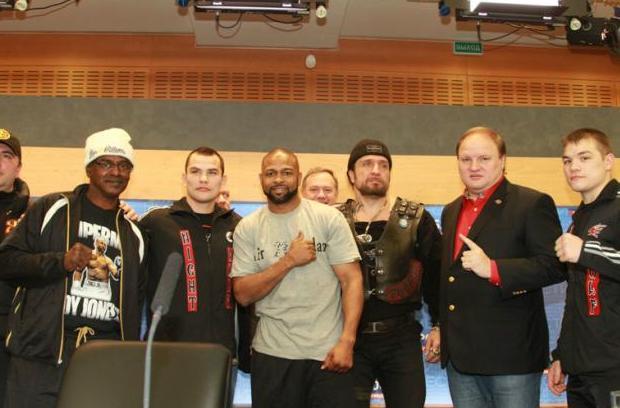 Рой Джонс одержал очередную победу в бою с Зин Эддин Бенмаклуф (фото + видео)