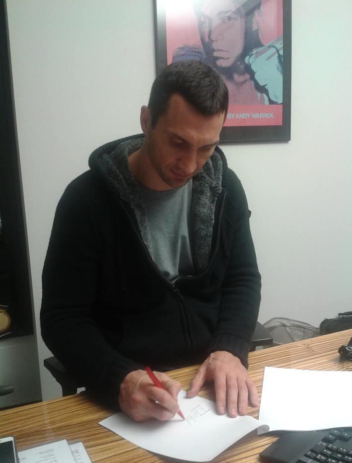 Владимир Кличко подписал контракт на бой с Алексом Леапаи