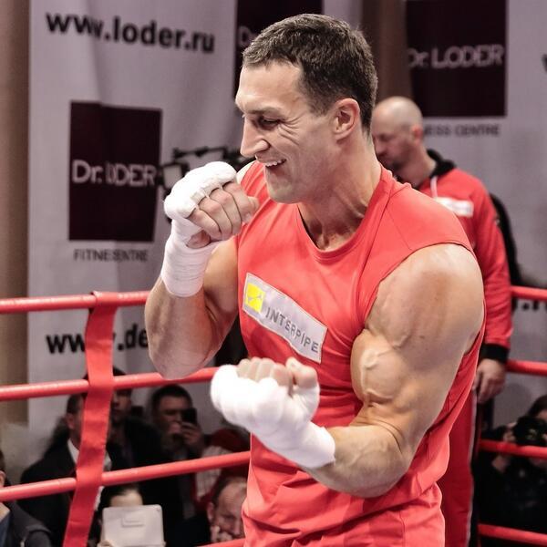 Скандальный боксер Бриггс бросил ботинок в Кличко на тренировке